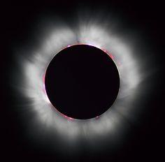 태양을 가린 달. 지구와 달의 거리는 지구와 태양 거리의 400분의 1이다. 달의 지름도 역시 태양의 400분의 1이다. 이것이 개기일식이 가능한 이유다. 위키피디아