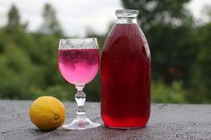Mariann (48) lærer deg å lage saft av rosa ugress - Geitrams. Chamerion angustifolium.  Oppskrift:  150 g blomster 1 liter vann 1 pk. sitronsyre, ca. 25 g 7-8 dl sukker 1 sitron i skiver Kok opp vannet, løs opp sukker og sitronsyre. Hell det over blomstene i en glassbolle eller lign. Legg i sitronskiver, og sett kaldt i 2-3 dager Sil av og fyll råsaften på sterile flasker.  Blandes ut med vann eller Farris. Holdbar ca. 1 uke i kjøleskap.