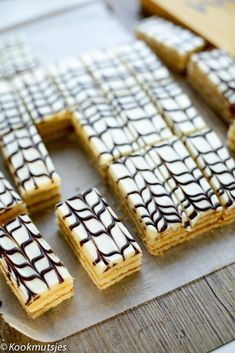 Marmer gebakjes | Kookmutsjes Easy Desserts, Dessert Recipes, Mini Pies, Breakfast Dessert, Piece Of Cakes, High Tea, Afternoon Tea, Finger Foods, Sweet Recipes