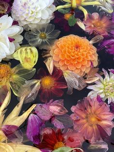 The latest flower trend is more eco-friendly, since it is all about organic flowers. It is also very colourful, and therefore a great way to decorate you home with colours and bring nature inside. Nye, Decorating Your Home, Flower Arrangements, Eco Friendly, Mexican, Pastel, Organic, Colours, Display