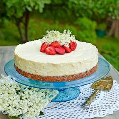 Moussetårta med flädersaft och jordgubbar.