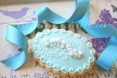 pale blue and white piped cookie Cameo Cookies, Tea Cookies, Galletas Cookies, Fancy Cookies, Flower Cookies, Easter Cookies, Cupcake Cookies, Sugar Cookies, Elegant Cookies