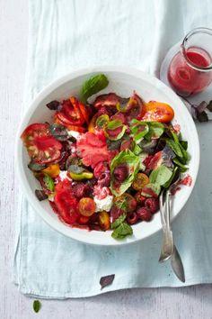Leichte Salat-Rezepte für den Sommer: Tomatensalat mit Himbeeren, Grüne-Bohnen-Salt und Salat mit Melone.