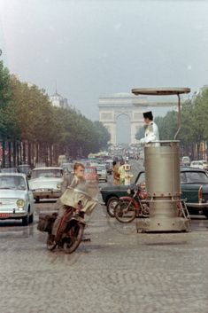 Champs Elysées - circulation circa 1960 Too funny,,, Old Paris, Vintage Paris, Paris Pictures, Paris Photos, Old Photos, Vintage Photos, Ville France, I Love Paris, Paris Photography