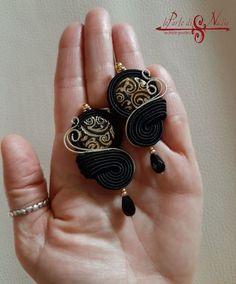 Fotka na Instagrame od používateľa Nadia Carini • 23. október 2019 o 19:17 Hippie Jewelry, Diy Jewelry, Handmade Jewelry, Soutache Earrings, Ring Earrings, Shibori, Macrame Bracelet Tutorial, Macrame Bracelets, Bead Crafts