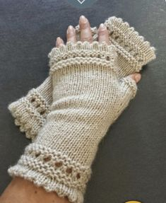 "Mes Folies: Les mitaines ""Que Tout le Monde Aime"" Susie Reading's Mitts Fingerless Gloves Crochet Pattern, Fingerless Gloves Knitted, Mittens Pattern, Knit Mittens, Crochet Hats, Crochet Granny, Free Crochet, Hand Knitting, Knitting Patterns"