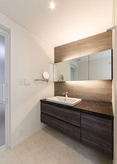 ホテルライクな洗面スペース。拡大鏡がポイントに: Lods一級建築士事務所が手掛けた浴室です。 Interior Design Living Room, Living Room Designs, Wc Public, Washroom, Small Bathroom, Kitchen Design, House Design, Home Decor, Toilet