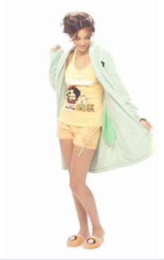 Pijama tank top + short naranja pantuflas Mafalda + bata de polar verde