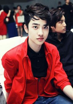 adorable D.O with perfect Kai in the back round. best shot ever