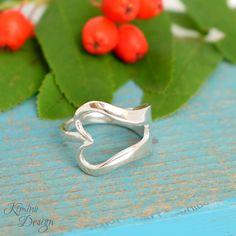 Sydän-haarukkasormus, joka on muotoiltu hopeisesta leikkelehaarukasta. #haarukkakoru, #sydänkoru, #kierrätyskoru, #hopeasormus Hopea, Spoon Jewelry, Jewelry Design, Silver Rings