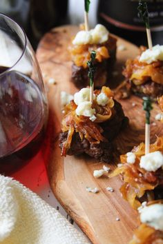 Caramelized Onion Gorgonzola Steak BItes: Ribeye steak bites paired with gorgonzola cheese, and carmelized onions! Perfect for happy hour, appetizers, and drinks with friends. Steak Appetizers, Easy To Make Appetizers, Yummy Appetizers, Appetizer Recipes, Catering Recipes, Wedding Appetizers, Tapas Recipes, Catering Food, Appetizer Ideas