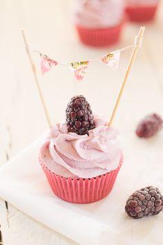 Cupcakes de moras y yogur griego (con banderines DIY) - Megasilvita