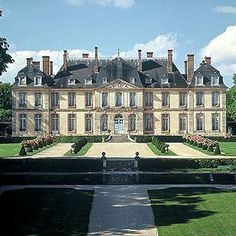 Holidays in France - gorgeous photo Neoclassical Architecture, French Architecture, Beautiful Castles, Beautiful Buildings, Photo Chateau, English Manor Houses, Palaces, Dream Mansion, French Castles