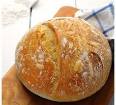 Esta es la tercera versión de pan que os traigo con esta masa. Una masa muy sencilla que nació de mi necesidad de poder hacer pan en c...