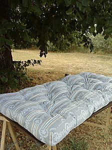 French woman describes how she and her friends made a twin sized mattress.  Nice to see more detailed pictures.  Google translate.