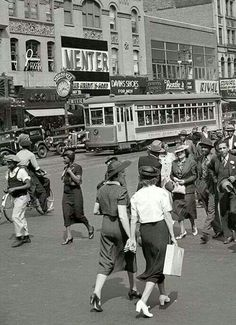 Summer New York street scene, Seventh Avenue at West Street cars have long disappeared from NYC New York Pictures, Old Pictures, Old Photos, Vintage Photos, Boston Pictures, Vintage New York, Mode Vintage, Vintage Cars, New York Street