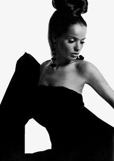 Veruschka, photo by Bert Stern 60 Fashion, Retro Fashion, Fashion Models, Fashion Beauty, Vintage Fashion, Fashion History, Bert Stern, Monochrome Fashion, White Fashion