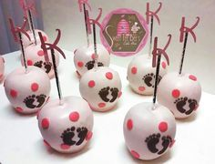 Candy Apples it's a girl (with foot prints) Caramel Dip, Caramel Apples, Chocolate Covered Apples, Chocolate Dipped, Carmel Candy, Gourmet Candy Apples, Market Day Ideas, Apple Pop, Baby Shower Cake Pops
