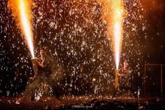今年も花火大会の季節がやってきました! スタイリストであり、写真家でもある鈴木秀総さんは、愛知県豊橋市の伝統的な手筒花火の打ち上げの瞬間を撮影したフォトシリーズを発表しています。 飛び交う火の粉が美し過ぎる 手筒花火は、1メートルほどの竹筒に火薬を詰め、それを人が抱えながら行う花火で、その火柱は大きいものだと