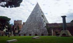 La piramide tutti la conosciamo dall'esterno ma ancora pochi sanno cosa contiene. Oggi le visite offrono la possibilità di entrare nel ventre di uno dei monumenti più misteriosi di Roma, giun…