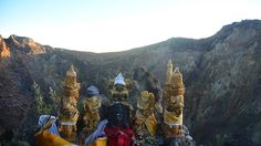 gunung agung. er dreigt een uitbarsting. bali zou bali niet zijn of er wordt al geoffert om de goden gerust te stellen. en zichzelf ook natuurlijk.