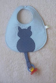 How about this bib for your pacifier baby? Won't it be funny? Made of cotton fabric and acrylic blanket. With kitty patchcolagem and tail the possibility to put the pacifier! I do in other colors see!Informations About Que tal esse babador p Baby Sewing Projects, Sewing For Kids, Sewing Crafts, Quilt Baby, Baby Bibs Patterns, Sewing Patterns, Sewing Tutorials, Bib Pattern, Baby Crafts