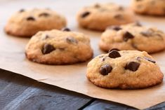 Welcome to my Air fryer dark chocolate chunk cookies recipe. Featuring delicious chunks of dark chocolate in the best ever vanilla flavoured cookies. Dessert Micro Onde, Good Desserts To Make, Fun Desserts, Dessert Recipes, Flourless Chocolate Chip Cookies, Chocolate Chunk Cookie Recipe, Baking Recipes, Cookie Recipes, Desert Recipes