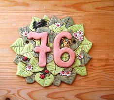 Keramické domovní číslo se spoustou zelených lístků, zdobeno kytičkami, beruškami, zajíčkem a pavoučkem pro štěstí House Numbers, Zentangle, Owl, Clay, Pottery, Crafts, Projects To Try, Gifts, Clays