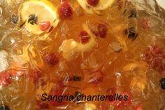 Sangria aux giroles - MycoBoutiqueFaire macérer les giroles dans l'alcool pendant quelques semaines (au  moins jusqu'à ce qu'elles tombent au fond)  24 heures avant de servir, mélanger le jus, le vin, l'alcool avec les giroles, abricots et mangues dans une jarre  1 heure avant de servir, ajouter les petits fruits, le jus de citron, la boisson gazeuse, quelques tranches de citron et les glaçons  Verser dans un contenant pratique pour servir à la louche