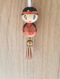 Porte clé indienne Pretty little Indian of hand painted wooden bead! Pocahontas can be worn as: door keys, jewelry bag, rear view mirror decoration or pendant. Diy Jewelry To Sell, Diy Jewelry Holder, Diy Jewelry Making, Wood Peg Dolls, Clothespin Dolls, Doll Crafts, Bead Crafts, Making Wooden Toys, Kokeshi Dolls