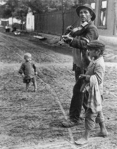 Andre Kertesz Wandering Violinist, Abony, Hungary 1921