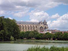 La cathédrale Saint-Étienne de Châlons est une cathédrale catholique située à Châlons-en-Champagne et dédiée à saint Étienne.
