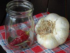 Na dno 1 skleničky od dětské přesnídávky naskládáme výše uvedené koření, na to nasypeme vyloupané stroužky česneku. Vodu s vínem, octem, cukrem a... Home Canning, Korn, Mason Jars, Garlic, Vegetables, Syrup, Canning, Mason Jar, Vegetable Recipes