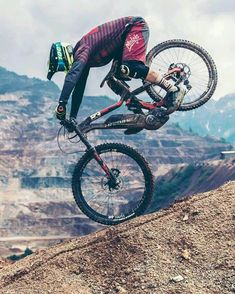 As a beginner mountain cyclist, it is quite natural for you to get a bit overloaded with all the mtb devices that you see in a bike shop or shop. There are numerous types of mountain bike accessori… Mtb Enduro, Bike Mtb, Downhill Bike, Cycling Art, Road Cycling, Bmx Gt, Vtt Dirt, Mountain Biking, Mtb Trails