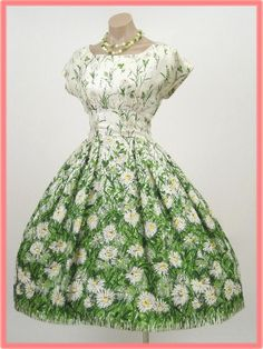 A marvelous field of daisies dance across this beautiful 1950's dress