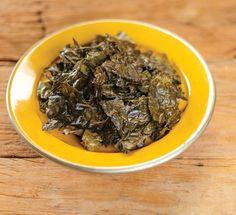 Chips de couve assada   Receita Panelinha: Você gosta de alga nori? Então vai gamar nestes chips! As folhas de couve rasgadas, e assadas com cubos de manteiga, ficam ultra-crocantes. Sabor e textura em uma única adição.