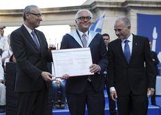 Am Sonntagabend war Steinmeier in Jerusalem zum neuen Ehrendoktor der Hebräischen Universität ernannt worden. Für die Ehrung reisten seine Frau und seine Tochter eigens aus Deutschland an.