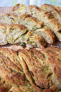 Hämmentäjä: Pesto-kurpitsansiemenleipä. Bread with pumpkin seeds and pesto.