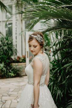 Nem vagytok biztosak abban, hogy egy fátyol illik hozzátok és a menyasszonyi ruhátokhoz? Semmi gond, napjainkban egyre divatosabbak a kalapok, a tiarák, és a kalapok is, nyugodtan választhattok közülük is. Segítünk nektek eligazodni a menyasszonyi fejdíszek rengetegében! #esküvőifátyol #menyasszonyifejdíszek #menyasszonyikiegészítők #menyasszonyitiara #virágkoronaesküvőikiegészítő Prom Hairstyles For Short Hair, Short Hair Updo, Formal Hairstyles, Hairstyles With Bangs, Girl Hairstyles, Wedding Hairstyles, Braid Hairstyles, Teenage Hairstyles, Feathered Hairstyles