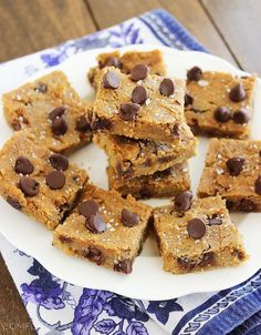 Flourless Chocolate chip Chickpea Blondies with Sea Salt (vegan, gluten-free & healthy) Chocolate Chip Cookies, Salted Chocolate, Flourless Chocolate, Healthy Desserts, Dessert Recipes, Healthy Recipes, Healthy Cookies, Sweet Recipes, Healthy Bars