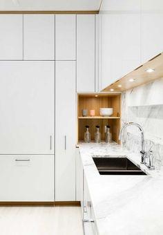 Em branco e marrom, uma cozinha moderna super elegante e sofisticada
