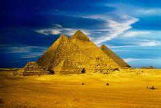 Пирамиды, Египет Самые известные пирамиды- пирамидальный комплекс в районе плато Гиза. Считается, что для сооружения Великой пирамиды потребовалось около 23 лет! На сегодняшний день здесь обнаружено свыше 100 пирамид, которые стали одним из самых притягательных пунктов для туристов.