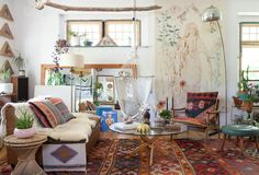 I have been following Emily Katz on instagram for a while now and the pictures she posts of her home are always so inspiring that it deserves a full tour. Emily is one of those women who can do anything. Right now sheis traveling the world teaching macrame workshops, learning about energy healing, art directing …