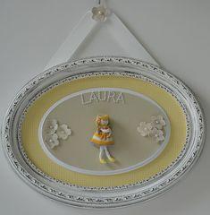 Quadro maternidade menina. Moldura oval provençal. Tecido xadrez amarelo e branco. Boneca com urso, em madeira e tricô.