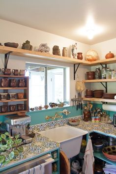 Simple Bohemian Kitchen ~ open shelving using simple brackets & natural wood, Mexican tile counter/backsplash. Sweet Home, New Kitchen, Kitchen Decor, Kitchen Tile, Happy Kitchen, Decorating Kitchen, Awesome Kitchen, Kitchen Shelves, Design Kitchen