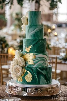 How To Choose The Best Wedding Color Schemes Check Out This Guide To Choosing The Right Wedding Color Choose Your Own Schemes And Get Another Of Your Wedding Decision Resolved Today 5 Tier Wedding Cakes, Summer Wedding Cakes, Wedding Cake Designs, Green Wedding Cakes, Best Wedding Colors, Wedding Color Schemes, Wedding Cake Accessories, Emerald Green Weddings, Emerald Wedding Colors