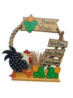 Peça Decorativa, recortada em madeira MDF, pintada à mão no estilo Country Americano, montada em uma armação de arame galvanizado e corda de sizal com apliques de Palha da Costa. R$ 47,90