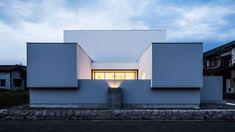 Japans huis met moderne architectuur waar wit en grijs domineren - Roomed | roomed.nl