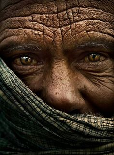 The eyes look feline. The wrinkles look like a map. Old Faces, Many Faces, Beautiful Eyes, Beautiful People, Amazing Eyes, Interesting Faces, People Around The World, Belle Photo, Wonders Of The World