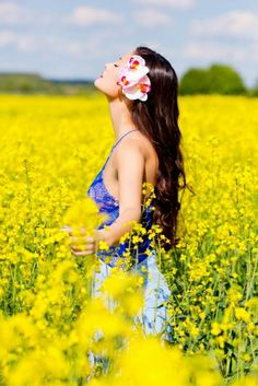 In yellow rapeseed fields